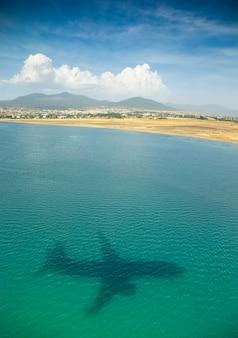 Силуэт самолета на тропическом пляже