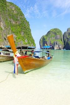 Тропический пляж, длиннохвостый катер
