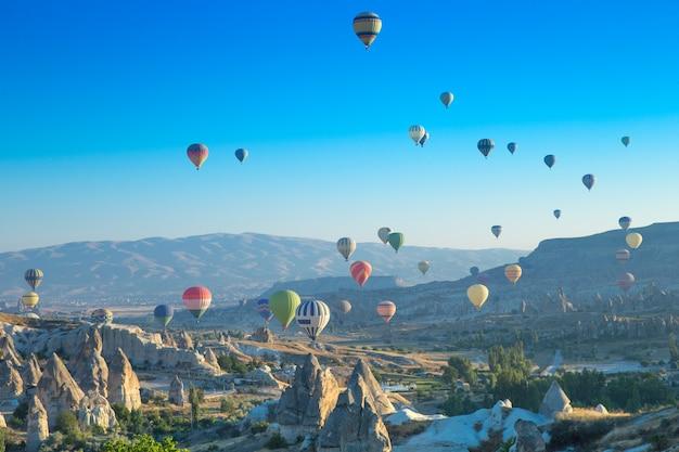 カッパドキア上空を飛ぶカラフルな熱気球