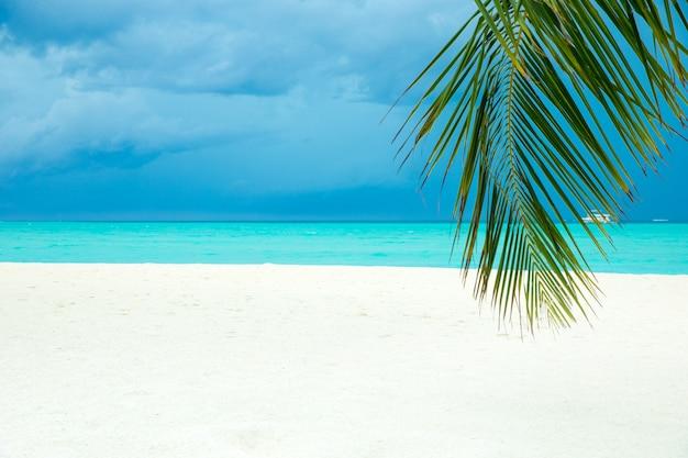 Мальдивы пляжный курорт панорамный пейзаж. летние каникулы путешествия праздник фон концепции. мальдивские острова райский пляж.