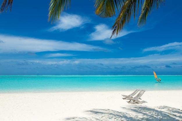Тропический остров мальдивы с белым песчаным пляжем и морем