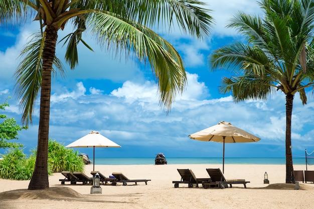 Красивый пляж. летний отдых и отпуск концепции фон. туризм и путешествия