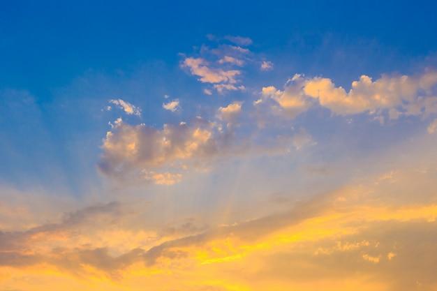 Небесный фон с крошечными облаками