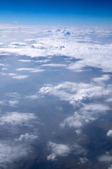 Голубое небо с крошечными облаками