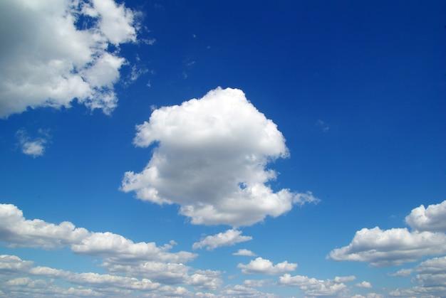 Облака на голубом небе