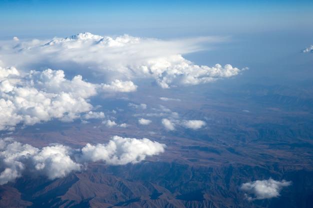 Голубое голубое небо с крошечными облаками