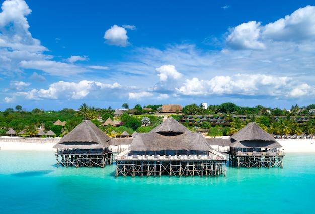 ザンジバルの美しい熱帯の島の空撮。タンザニアのザンジバルビーチの海。