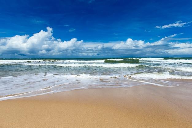 Море и пляж фон с копией пространства