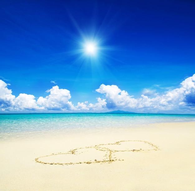 Сердца нарисованы на песке