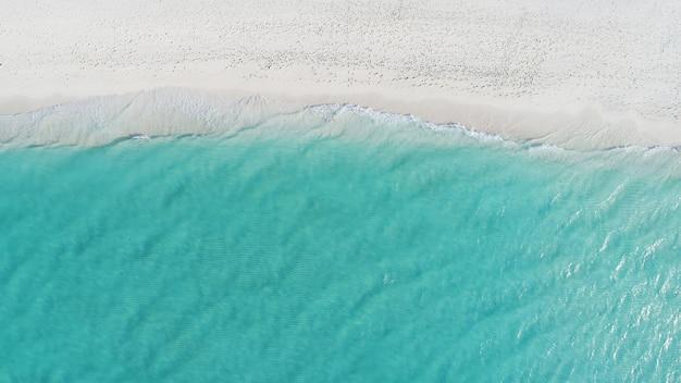 Красивый вид с воздуха на мальдивах и тропический пляж. концепция путешествий и отдыха