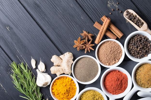 Красочный выбор трав и специй. ароматические ингредиенты на деревянный стол
