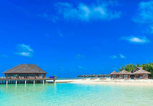 Пляж с бунгало на мальдивах