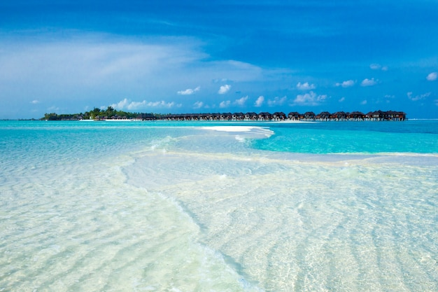 Пляж с водными бунгало на мальдивах