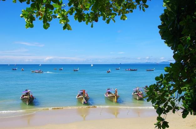 Тропический пляж с лодками