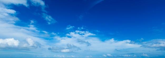 小さな雲と青い空を背景。パノラマ