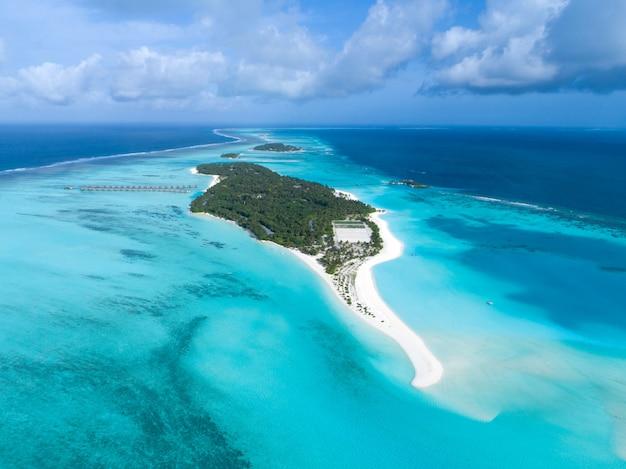 モルディブと熱帯のビーチの美しい空撮。旅行および休暇の概念