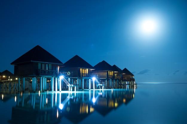 モルディブの島の夕日
