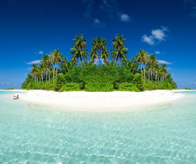 砂、ターコイズブルーの海、緑のヤシの木、雲と青い空と美しいビーチ。夏の熱帯の風景。