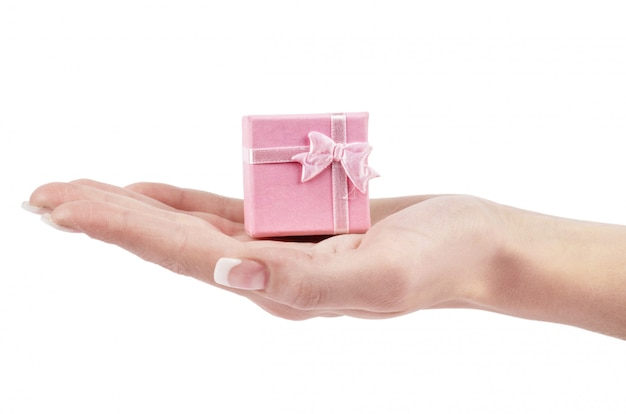 Рука и подарок на белом фоне