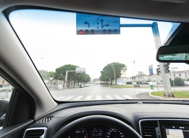 Вид на приборную панель автомобиля
