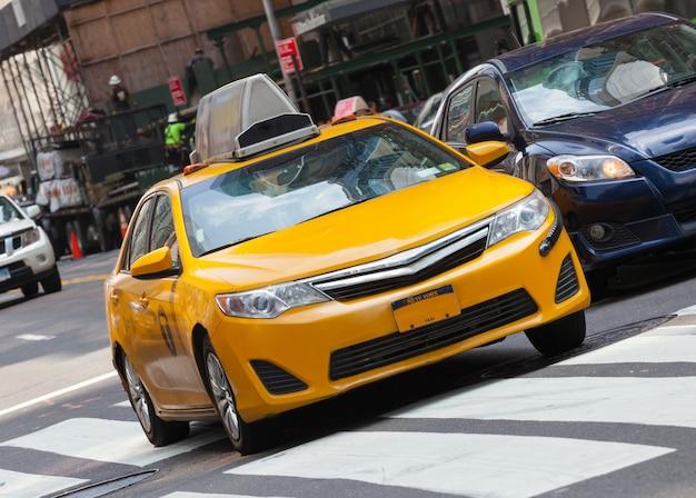 Классический вид на улицу с желтой кабиной в нью-йорке