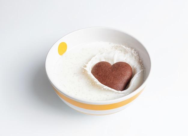 チョコレートクッキーハート型のホワイトミルク