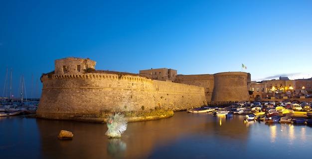 Анжуйский замок галлиполи ночью в саленто, италия