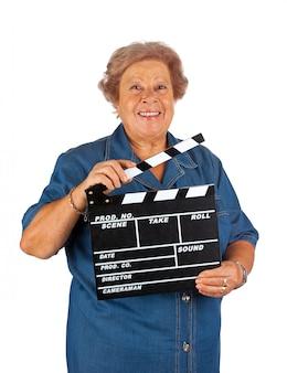 クラッパーボードを持つ高齢者の女性