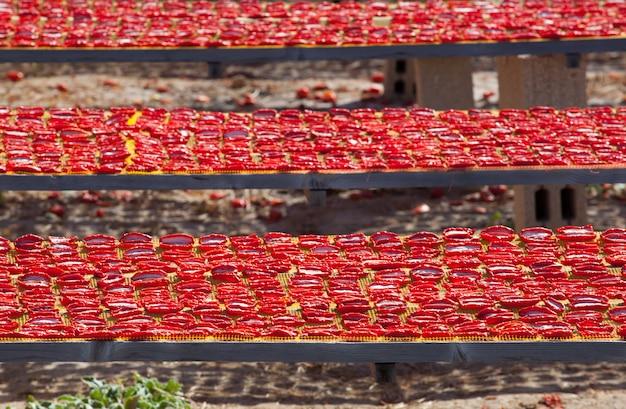 Сушеные красные спелые помидоры,