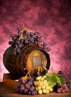 ワイン樽と白と赤のブドウ