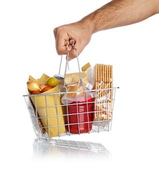 男は食べ物と一緒に買い物かごを取ります