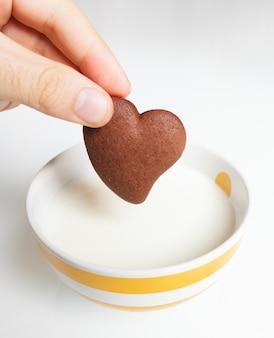 牛乳にチョコレートクッキー。