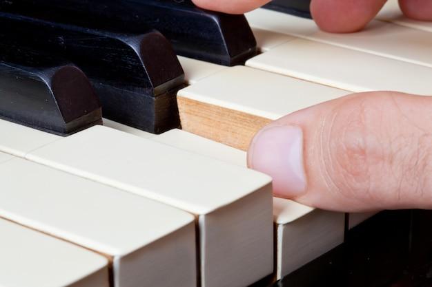 手で象牙製のピアノキーボード