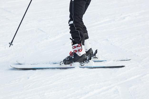 新鮮な雪の中でスキー男性スキーヤー