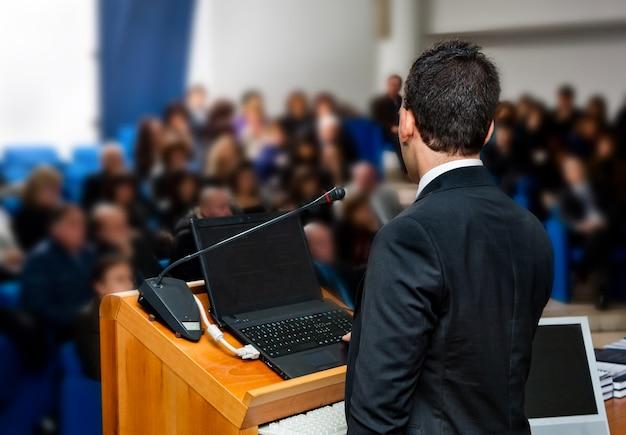 会議でのビジネス人々