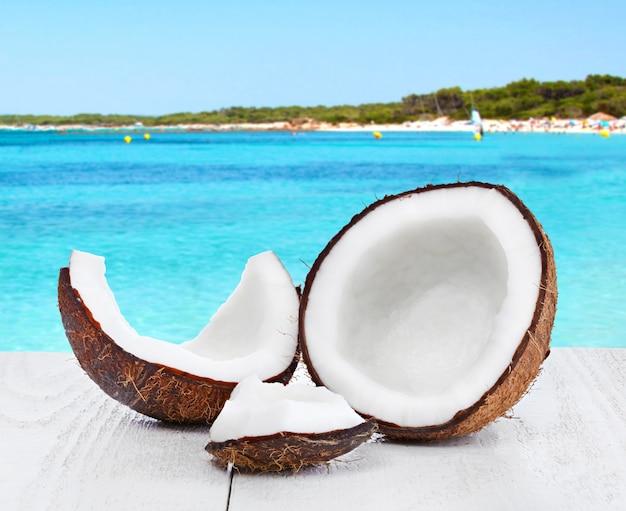 海の背景にココナッツ