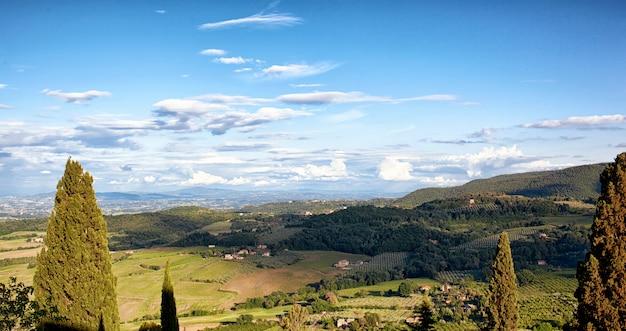 丘と典型的なトスカーナの風景。