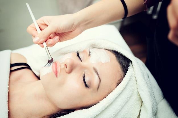 若い女性のための顔の美容マスク。