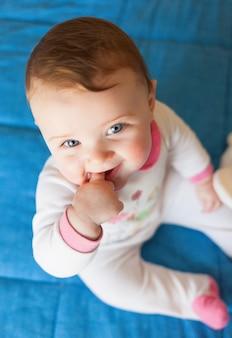 歯が生える概念。口の中に指で女の赤ちゃん。