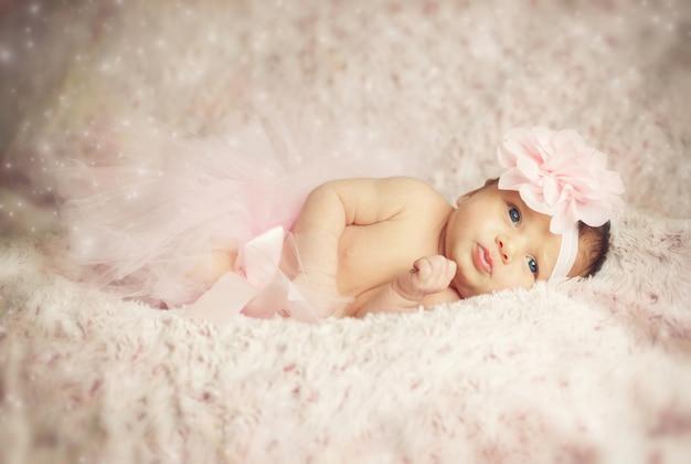 ピンクのチュチュと生まれたばかりの赤ちゃん女の子。