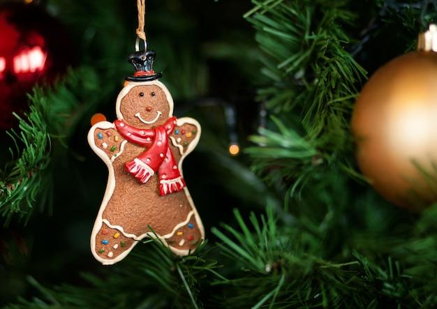 クリスマスツリーに掛かっているジンジャーブレッド
