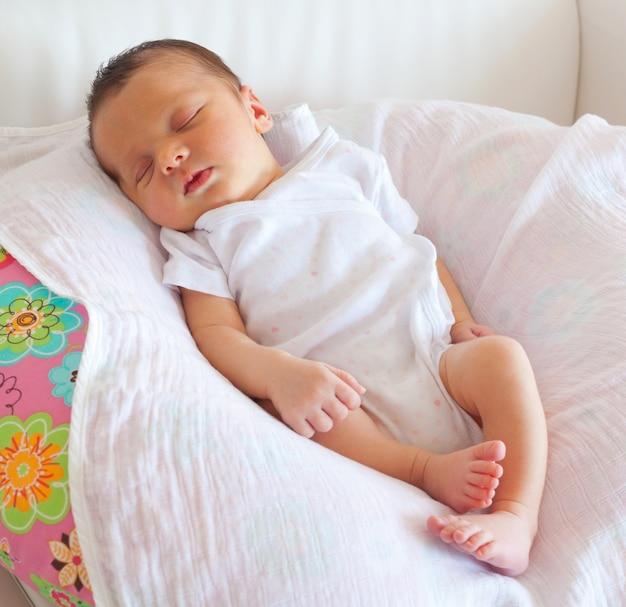 眠っているかわいい赤ちゃん