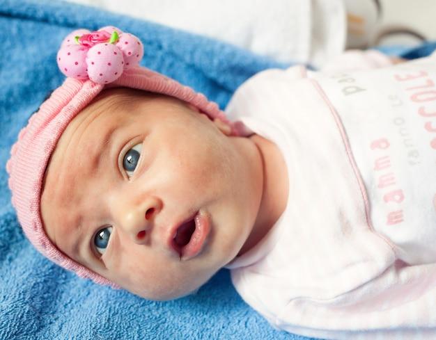 生まれたばかりの赤ちゃんの女の子の肖像画