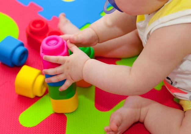幼児がビルディングブロックで遊ぶ