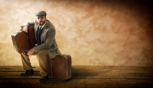 段ボールのスーツケースを持つ移民。