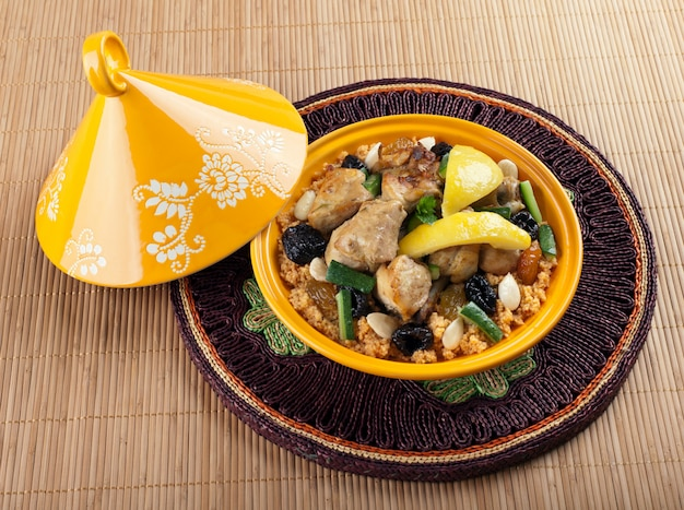 タジン、レモンのコンフィとモロッコ風チキン