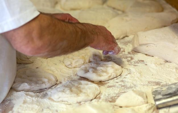 Производство хлебобулочных изделий с дровяной печью в пекарне.
