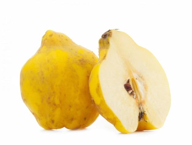白い背景の上のマルメロリンゴ