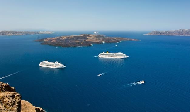 サントリーニ島の火山の近くのクルーズ船