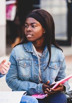 アフリカの若い女子学生の肖像画